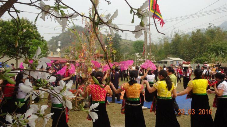 le hoi hoa ban 745x418 - Tổng hợp các lễ hội truyền thống đặc sắc ở Mộc Châu | Review Mộc Châu
